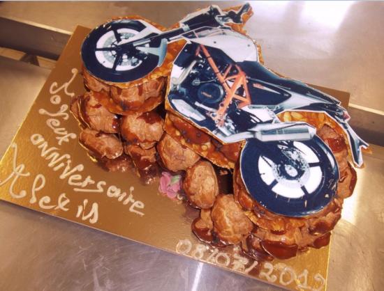 pièce montée avec nougatine et photo alimentaire moto KTM
